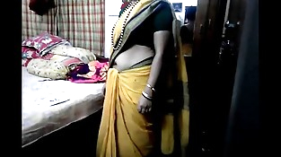 Desi tamil Married aunty exposing belly button in saree with audio