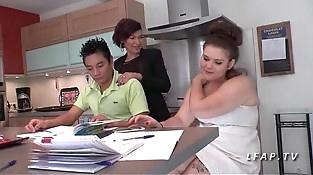 FFM Maman cougar aux gros seins enseigne le cul a 2 jeunes