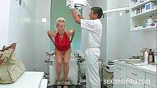 Patientin Alexandra beim Frauenarzt - Total