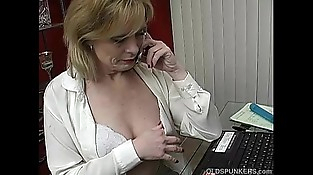 Super sexy mature babe talks dirty on the phone while mastubating