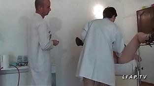 FFM Cette mature francaise se fait peter le cul chez le gyneco